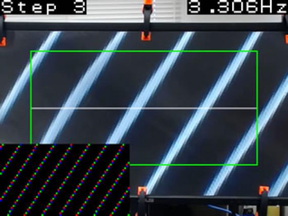 画像処理によって三次元表示用のモアレ(干渉縞)を計測している様子